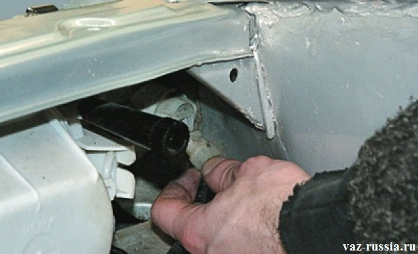 Отсоединение колодки проводов от указателя поворота