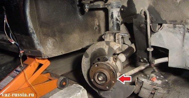 Стрелкой указано местонахождение ступицы на переднем колесе автомобиля
