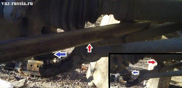 Продевание монтажной лопатки (Указана красной стрелкой) между рычагов, и используя лопатку как рычаг отведение шаровой опоры (Указана синей стрелкой) от самого поворотного кулака