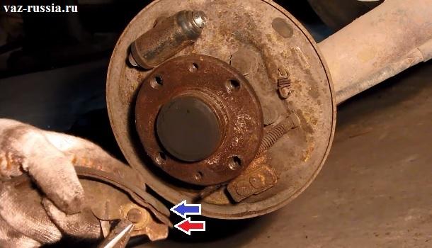 Синей стрелкой указана накладка колодки а красной указан сам корпус задней тормозной колодки