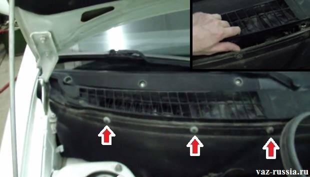 Стрелками указаны три винта которые крепят к кузову решётку, которую нужно будет снять после отворачивания этих винтов