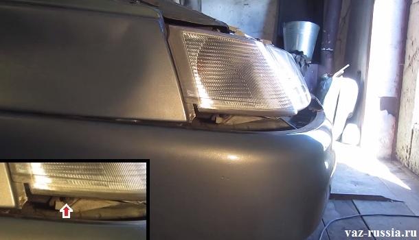 Последняя нижняя гайка крепления блока фары к автомобилю указана стрелкой