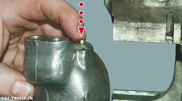 Нажатие на фиксатор и установка цилиндра на своё место