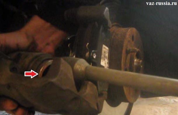 Вдавливание при помощи ключа, поршня в тормозной цилиндр