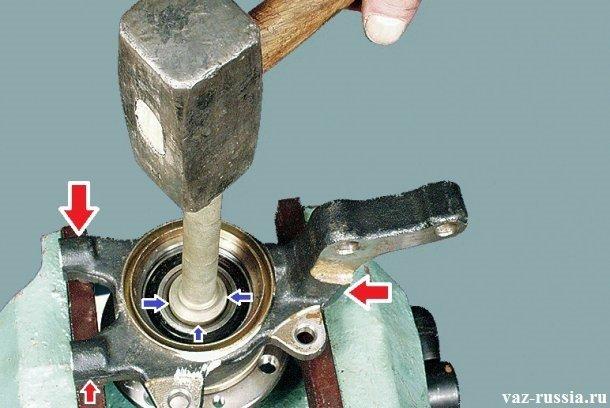 Выпрессовывание ступицы при помощи выколотки и тисков