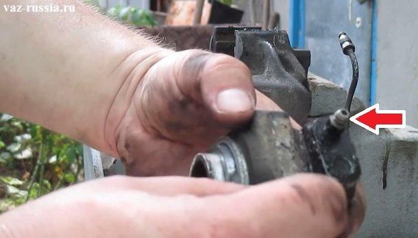 Стрелкой указан прокачной штуцер наружного рабочего цилиндра