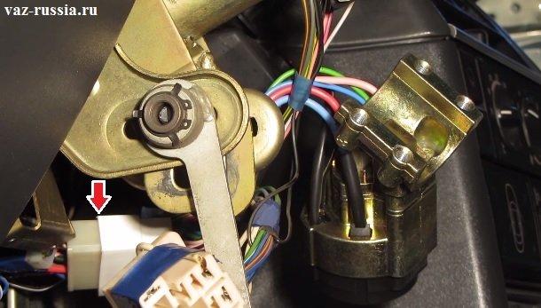 Стрелкой для наглядности показано как соединяется разъём идущий от замка с колодкой проводов