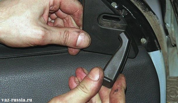 Снятие ручки управления наружным зеркалом заднего вида и снятие её облицовки