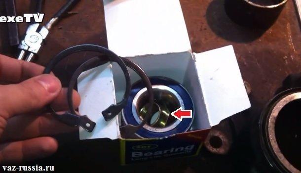 На фотографии изображена коробка с купленным подшипником для передней ступицы и внутри этой коробки находиться ступичная гайка, сам подшипник, а так же два стопорных кольца