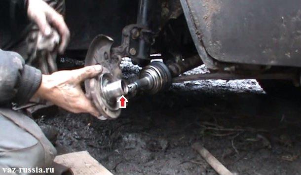 Круглую часть ступицы которая указана красной стрелкой, необходимо будет вам смазать маслом чтобы установка ступицы производилась легче