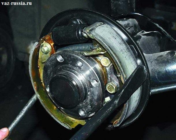 Сдвигание тормозные колодок с помощью двум монтажных лопаток друг к другу