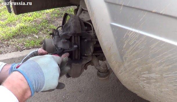 Разведение наружной тормозной колодки, данную операцию потом нужно будет сделать и со второй колодкой