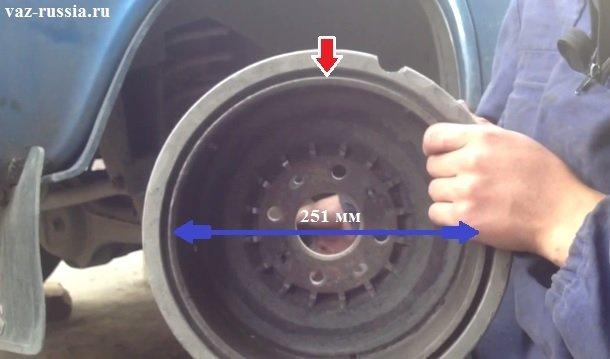 Красной стрелкой указана рабочая поверхность барабана, а синей полосой указан внутренний его диаметр