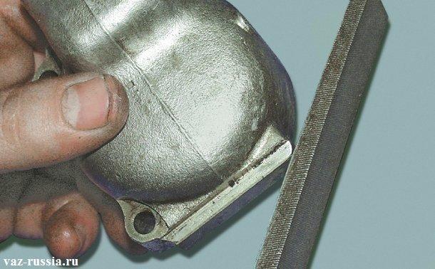 Зачищение при помощи напильника заходной фаски