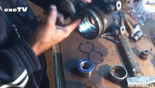 Смазывание маслом внутренней зеркальной части поворотного кулака, для того чтобы подшипник установился легче