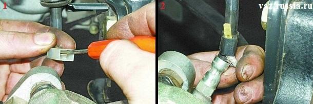 Вынимание провода из разъёма который идёт от колодки