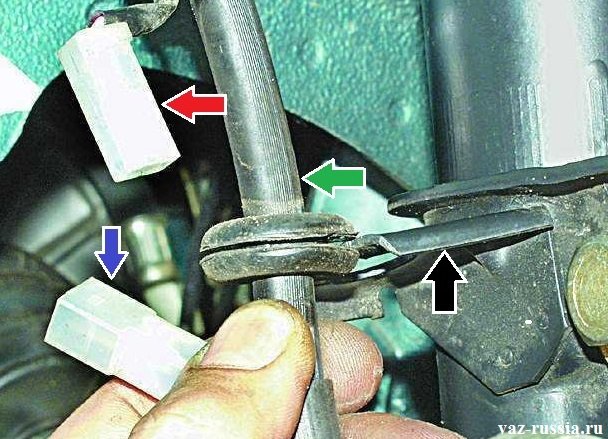 Извлечение тормозного шланга из кронштейна и разъёмы датчика износа тормозных колодок