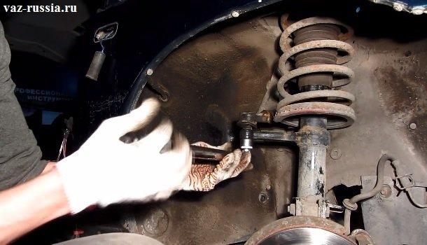 Заворачивание гайки крепления наконечника рулевой тяги, таким образом наконечник и войдёт в рычаг если вы его ранее при помощи съёмника выпрессовывали