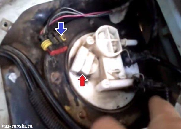 Отсоединение колодки проводов от разъёма насоса
