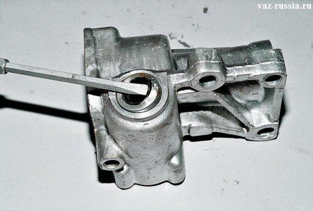 Поддевание отвёрткой и снятие манжеты (Она же сальник) с отверстия в котором она располагается