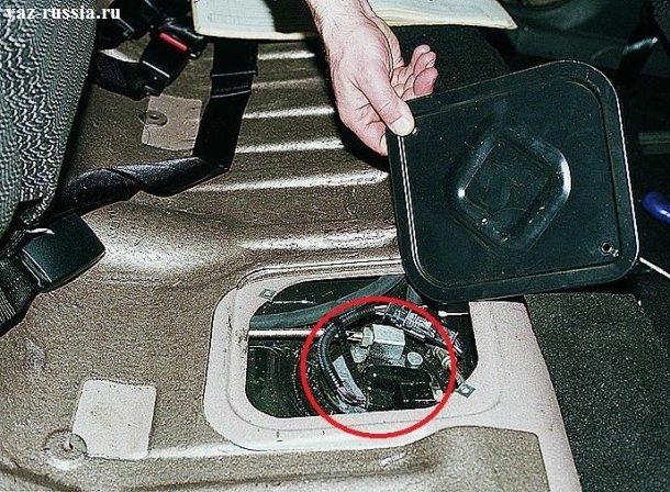 В круг обведён топливный насос, его ещё называют бензонасос и благодаря нему осуществляется подача топлива в двигатель автомобиля
