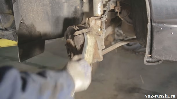 Очищение металлической щёткой всего тормозного суппорта от грязи