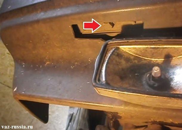 Нижний бол который крепит снизу бампер, указан на фото стрелкой