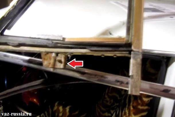 Стрелкой указана обойма стекла которая находится на нём