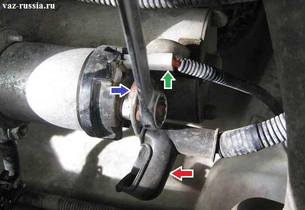 Синей стрелкой указана минусовая клемма, а красной резиновый защитный чехол который её полностью закрывает от попадания на неё грязи, а зелёной стрелкой указана колодка проводов которая подсоединяется к плюсовой клемме