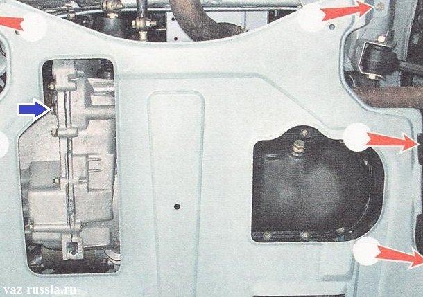Синей стрелкой указана та же самая пробка, но только здесь установлена защита картера а на фото выше она снята была