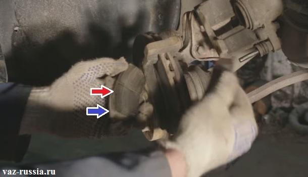 Стрелками указана фрикционная накладка колодки и её основание