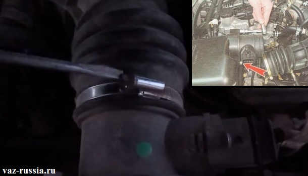 Выворачивание винта который крепит гофрированный шланг к корпусу датчика и отсоединение после этого шланга