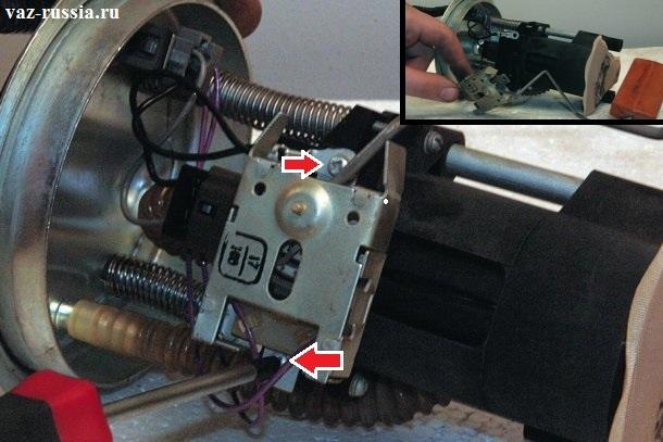 Выворачивание двух винтов крепления датчика, благодаря которому вы узнаёте сколько топливо осталось в баке