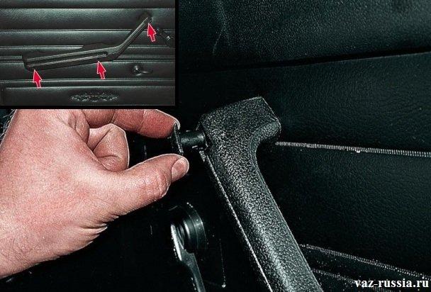 Вынимание заглушки из отверстия которое она закрывает в ручки двери, и выворачивание при помощи отвёртки всех винтов крепления ручки к обшивки автомобиля