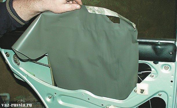 Снятие защитной плёнки которая закрывает механизм стеклоподъёмника