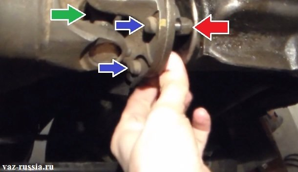 Выворачивание гаечным ключом гаек крепления болтов, которые те в свою очередь скрепляют между собой два фланца, а именно фланец редуктора и фланец карданного вала