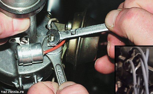 На основном фото показано отворачивание гайки крепления низковольтного провода, а на маленьком фото показана крышка распределителя и пять высоковольтных проводов которые к ней подсоединяются