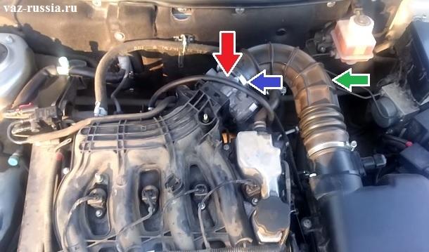 Стрелкой показано месторасположение дроссельного узла на этом автомобиле кстати дроссельный узел если вы ещё не заметили электронный, то есть он работает совместно с электронной педалью газа и эта система называется Е-ГАЗ