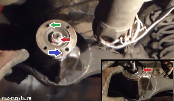 На фото показан установленный фланец и под ним находиться тот самый сальник который вы собираетесь менять на автомобиле