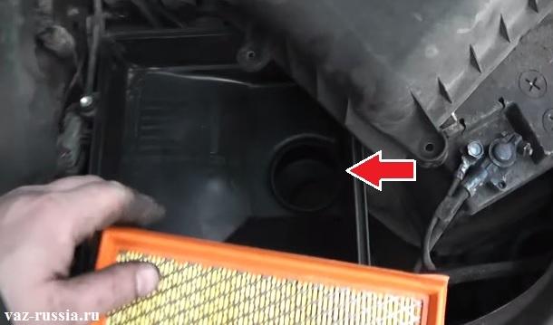 Стрелкой показано отверстие через которое идёт забор воздуха в двигатель автомобиля при его работе
