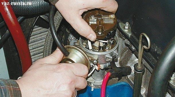 Поджимание рукой ротора и перемещение вакуумного регулятора, до того пока контрольная лампа не погаснет и потом в обратную сторону перемещение до того, пока она вновь не загорит