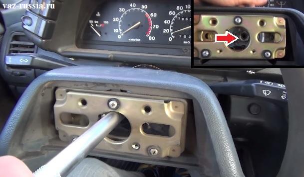 Отворачивание центральной гаки благодаря которой рулевое колесо крепиться