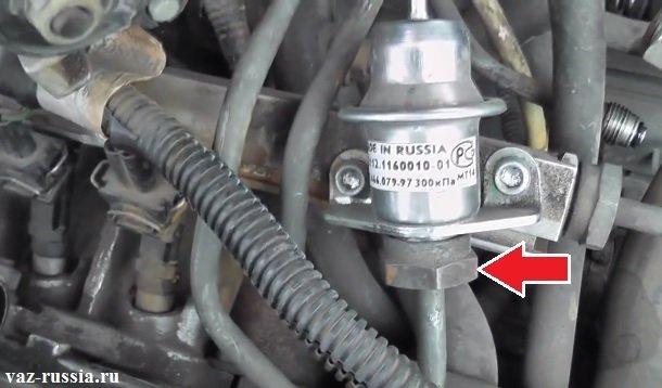 Гайки крепления топливной трубки к регулятору
