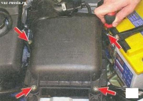 Четыре винта крепления крышки корпуса воздухофильтра