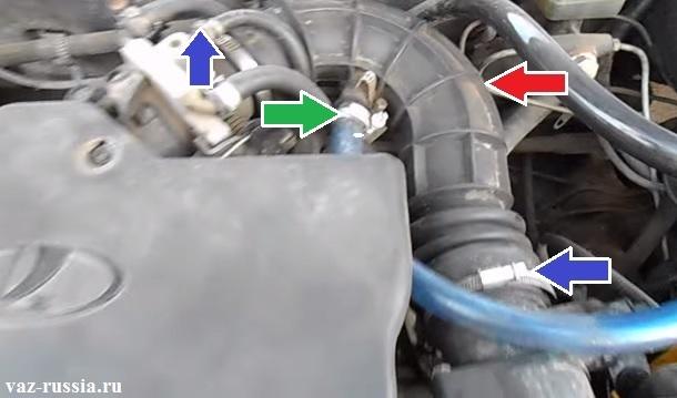 Воздушный патрубок указан красной стрелкой и зелёной показан шланг подвода картерных газов который вам придётся отсоединить от патрубка, чтобы полностью снять его