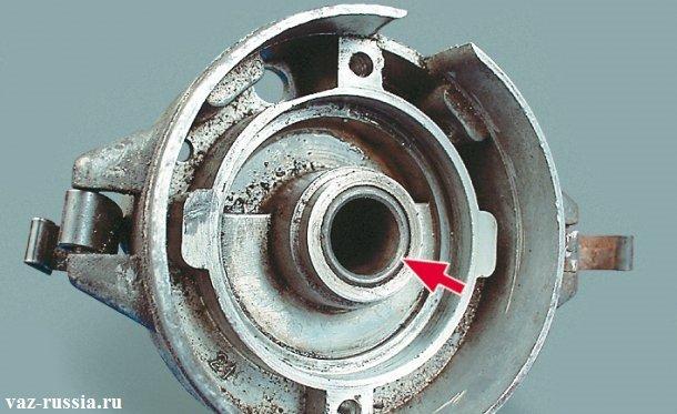 Стрелкой указана втулка которая находиться в корпусе распределителя