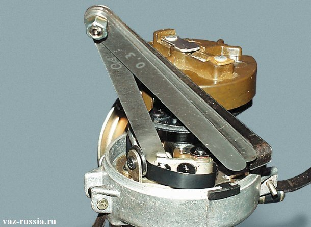 Проверка щупом на 4 мм зазоров, между контактов трамблёра