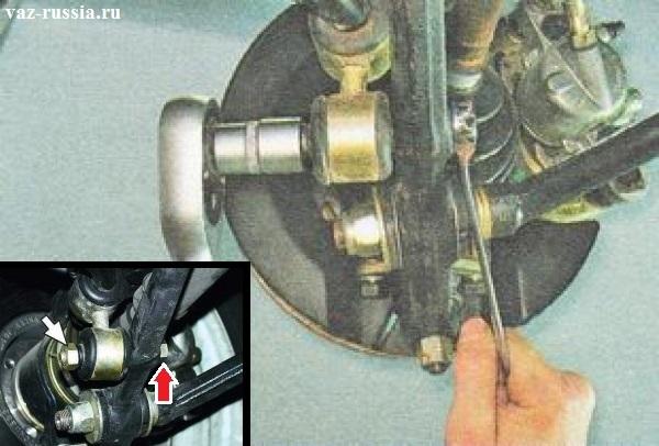 Выворачивание гайки болта который крепит стойку стабилизатора к рычагу