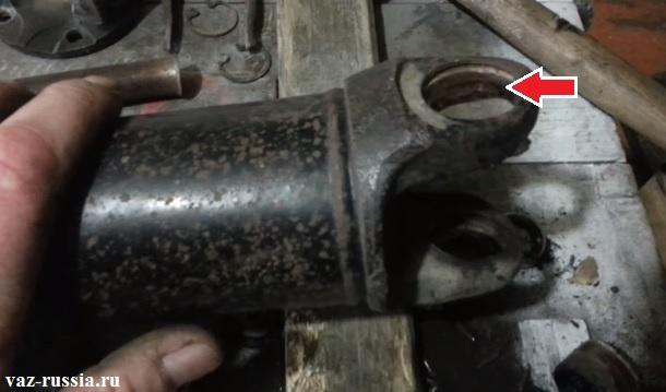 Стрелкой показано место куда подшипник входит, его нужно зачистить при помощи напильника или же мелкозернистой шкурки от ржавчины которая на нём будет