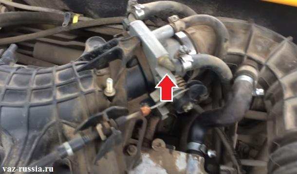 Стрелкой указан дроссельный узел установленный на автомобиле